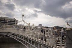 Puente del penique del ` de la ha sobre el río de Liffey en Dublín, Irlanda imagen de archivo