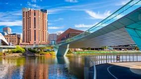 Puente del pie de la ciudad de Adelaide y hotel intercontinental Imagen de archivo libre de regalías