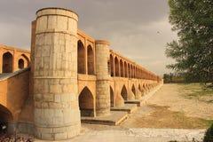 puente del político Si-o-SE en la ciudad de Esfahan (Irán) Fotos de archivo libres de regalías