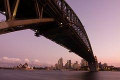 Puente del puerto - horizonte de la ciudad de Sydney fotografía de archivo