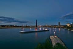 Puente del río con un buque borroso movimiento Imágenes de archivo libres de regalías