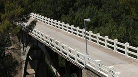 Puente del río de la montaña Fotos de archivo