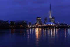 Puente del riel de la explanada en la noche Imagen de archivo libre de regalías