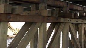 Puente del ` s de St John con una escultura de las liebres almacen de metraje de vídeo