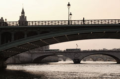 Puente del Seine a la isla de la Cite fotografía de archivo