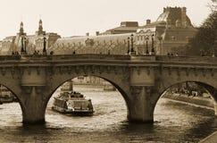 Puente del Seine a la isla de la Cite Imagen de archivo libre de regalías