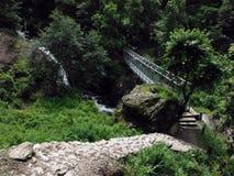 Puente del senderismo del metal en el Himalaya más bajo Foto de archivo libre de regalías