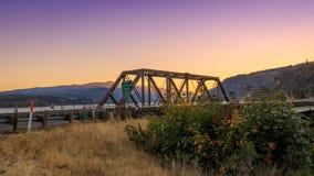 Puente del sotobosque sobre estado del río Columbia, Oregon en la puesta del sol foto de archivo