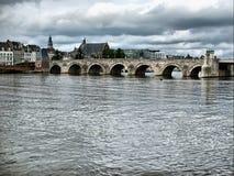 Puente del St. Servaasbrug en Maastricht, Países Bajos. Imagen de archivo libre de regalías