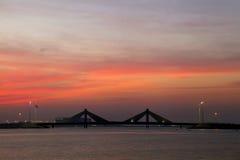 Puente del terraplén de Sheikh Isa Bin Salman durante puesta del sol Foto de archivo libre de regalías