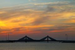Puente del terraplén de Sheikh Isa Bin Salman durante puesta del sol Fotos de archivo