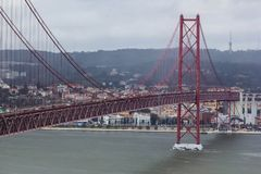 Puente del 25to aprilPonte 25 de Abril en Lisboa, Portugal Imagen de archivo libre de regalías