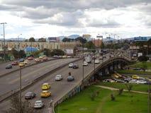 Puente del tráfico de vehículos en Bogotá, Colombia. Fotos de archivo libres de regalías