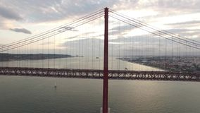 Puente del transporte el 25 de abril en Lisboa en la tarde almacen de metraje de vídeo