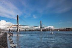 Puente del tren de cielo, puente de Pattullo y vía de ferrocarril Fotografía de archivo