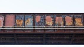 Puente del tren hecho de rojo del hierro con moho y cubierto en la pintura que cubre para arriba la pintada foto de archivo