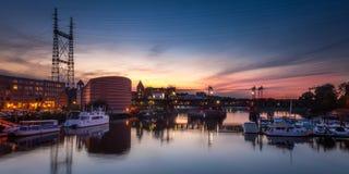 Puente del tren sobre puerto en la puesta del sol Fotos de archivo