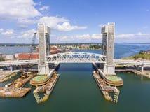 Puente delantero del río en Quincy, Massachusetts, los E.E.U.U. foto de archivo
