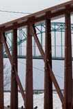 Puente detrás del tren Foto de archivo