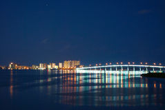 Puente dominante de la arena en la noche Foto de archivo