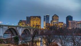 Puente dominante en la noche en Washington DC almacen de metraje de vídeo