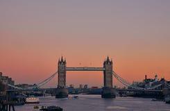 Puente durante puesta del sol, Londres, Reino Unido de la torre foto de archivo