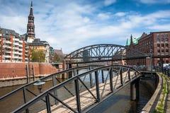 Puente e iglesia de St. Catherine en Hamburgo fotografía de archivo