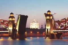 Puente e iglesia en crepúsculo Fotografía de archivo
