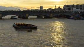 Puente el río Támesis de Londres en la puesta del sol almacen de metraje de vídeo