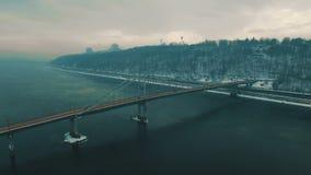 Puente en ciudad Puente peatonal en el día de invierno de niebla Cantidad aérea del abejón almacen de video