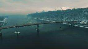 Puente en ciudad Puente peatonal en el día de invierno de niebla Cantidad aérea del abejón metrajes
