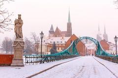 Puente en día de invierno nevoso, Wroclaw, Polonia de Tumski Foto de archivo libre de regalías
