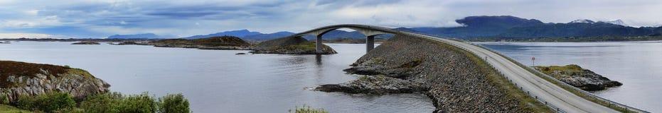Puente en el camino atlántico en Noruega Imagenes de archivo