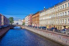 Puente en el canal de Griboedov en St Petersburg, fotos de archivo