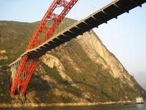 Puente en el fondo de rocas Fotos de archivo