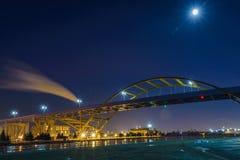 Puente en el lago Michigan en Milwaukee, Wisconsin Imagenes de archivo