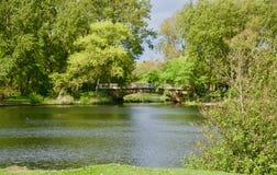 Puente en el lago fotos de archivo