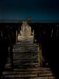 Puente en el mar oscuro Fotos de archivo