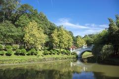Puente en el parque fotografía de archivo