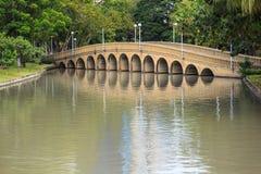 Puente en el parque Imagenes de archivo