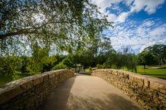 Puente en el parque de la libertad, en Charlotte, Carolina del Norte Fotos de archivo libres de regalías