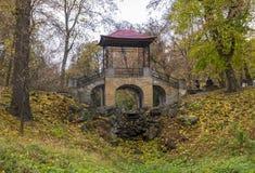 Puente en el parque del otoño Imagen de archivo