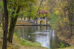 Puente en el parque del otoño Fotos de archivo libres de regalías