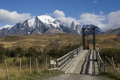 Puente en el parque nacional de Torres del Paine foto de archivo libre de regalías