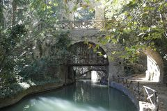 Puente en el parque viejo imagenes de archivo