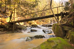 Puente en el río con nieve Imágenes de archivo libres de regalías