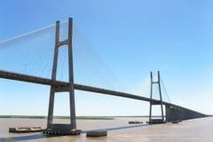 Puente en el río de Paraná foto de archivo