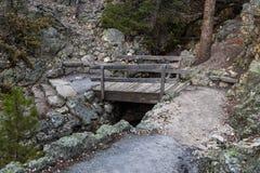 Puente en el rastro rojo de la roca Fotografía de archivo