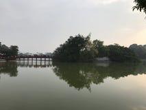 Puente en el templo del hijo de Ngoc Imágenes de archivo libres de regalías