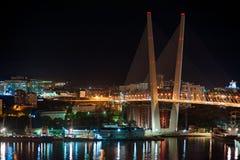 Puente en el Vladivostok ruso sobre el Gol Imagenes de archivo
